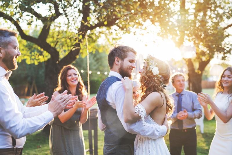 6 lucruri salvatoare pe care trebuie sa le ai in poseta in ziua nuntii tale
