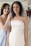 SONDAJ: Cu cine sa mergi in cautarea rochiei de mireasa si de ce