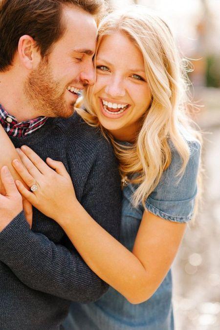 doi oameni care s-au logodit