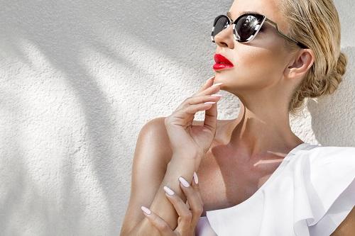femeie blonda cu ochelari de soare