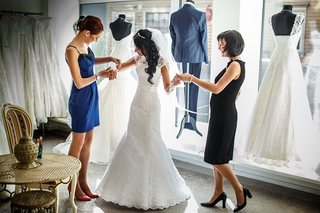 Femeie care probeaza rochie de mireasa Teilor