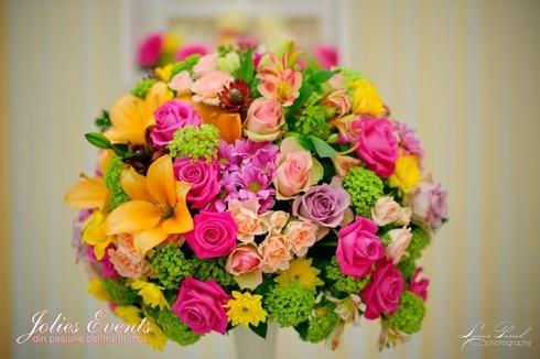 Aranjament cu miniroze, crini, trandafiri, viburnum; Pret: 300 lei