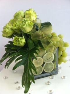 Aranjament cu trandafiri verzi si struguri; Pret:150 lei