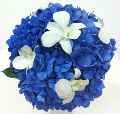 Buchet din hortensii albastre si orhidee dendrobiu; Pret: 180 lei