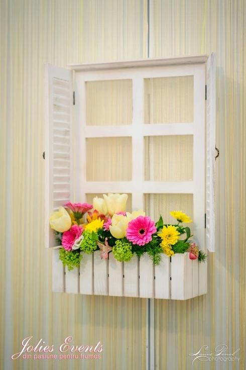 Ferestre cu flori pastel (minigerbera, viburnum, lalele, miniroze); Pret: 200 lei