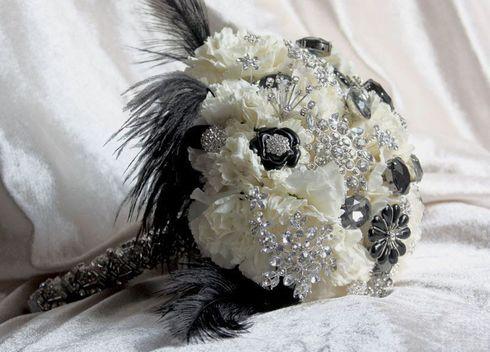Buchet din garoafe albe cu accesorii negre si argintii; Pret: 440 lei