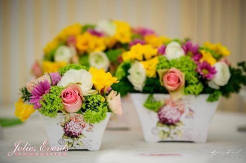 Jardiniere cu ranunculus, viburnum, miniroze, lalele; Pret: 100 lei