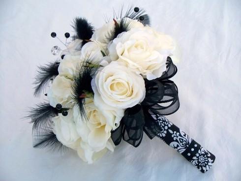 Buchet din trandafiri albi cu accesorii negre; Pret: 300 lei
