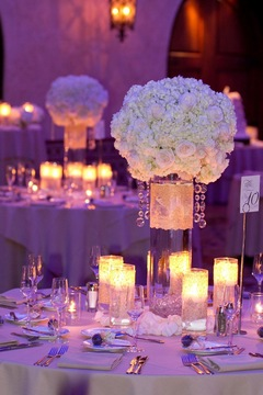 Aranjament cu trandafiri, garoafe albe si gypsophila; Pret: 450 lei