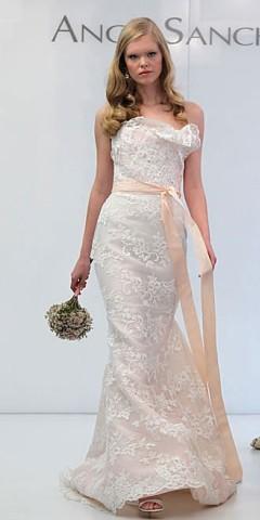 rochie de mireasa cu accesoriu colorat