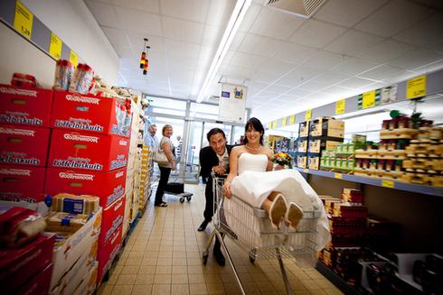 Sedinta foto de nunta in supermarket