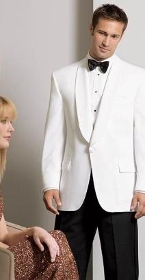Mire in costum alb privind la aleasa sa