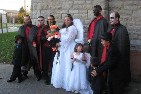 Nuntasii costumati in vampiri