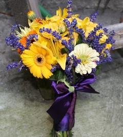 Buchet de mireasa cu flori de vara si levantica