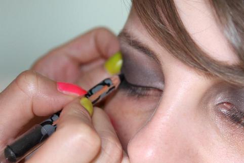 Aplicarea creionului pe pleoapa superioara pentru smokey eyes