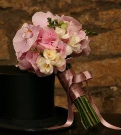 Buchet de mireasa din hortensie, frezii, orhidee Phalaenopsis
