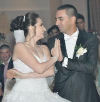 Miri privindu-se cu iubire pe ringul de dans