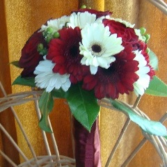 Buchet de mireasa din gerbera, trandafiri si hipericum verde