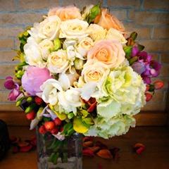 Buchet din frezii albe si fucsia, hortensie, trandafiri de gradina, trandafiri tros/minirose grem, hipericum red, alstroemeria, solidago
