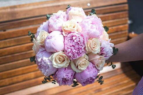Buchete de mireasa cu flori roz, mov si lila