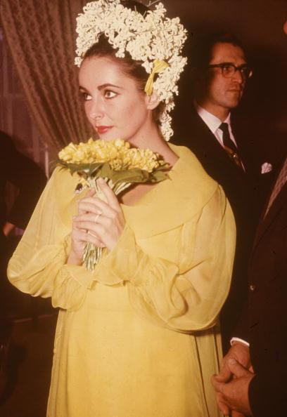 Liz Taylor in galben