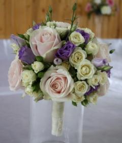 Buchet de mireasa realizat din 10 fire de trandafiri sweet avalanche, 10 lisianthus lila si 10 miniroze alb/crem