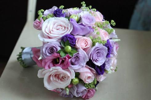 Buchet de mireasa cu flori roz, mov si lila