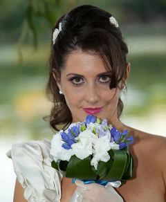 Buchet de mireasa din hortensie alba, gentian, frezii mov, verdeata