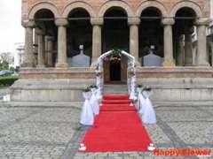 Covor rosu la intrarea in biserica
