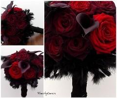 Buchet de mireasa din trandafiri rosii, cale negru-violet si pene