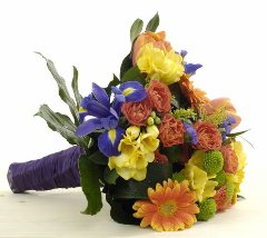 Buchet mixt primavara: lalele, frezii, trandafirasi, solidago, minigerbera, santini (crizantema verde), irisi, verdeata