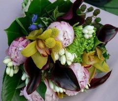Buchet de mireasa cu craspedia, tuberose, cale, bujori, orhidee cymbidium, gentian, mure