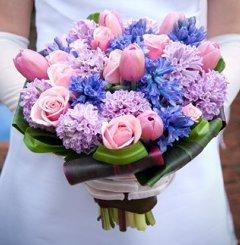 Buchet de primavara: lalele, trandafiri, zambile