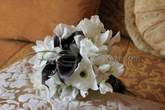 Buchet de mireasa Angel White: cale negre, lathyrus alb, eucharis, accesorii