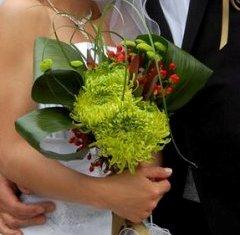 Buchet de mireasa de vara cu crizanteme, aspidistra si hypericum rosu
