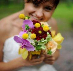 Buchet de mireasa de vara din hortensie, trandafiri, orhidee, dalii si craspedia