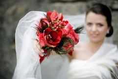 Buchet de mireasa Red Winter din Amaryllis rosu, Hypericum si trandafiri