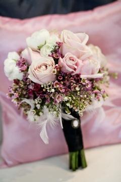 Buchet de primavara din trandafiri, ranunculus si wax flowers