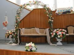 Arcada pentru nunta in interiorul bisericii