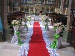 Covor rosu in interiorul bisericii