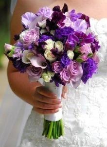 poza buchet mireasa nuante de albastru violet