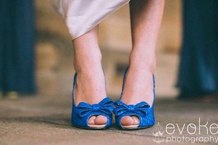pantofi albastri decupati