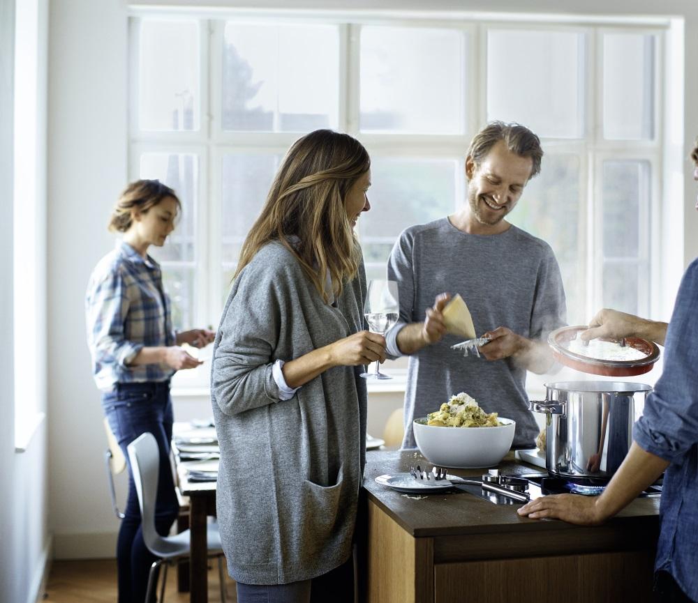 familie pregateste cina