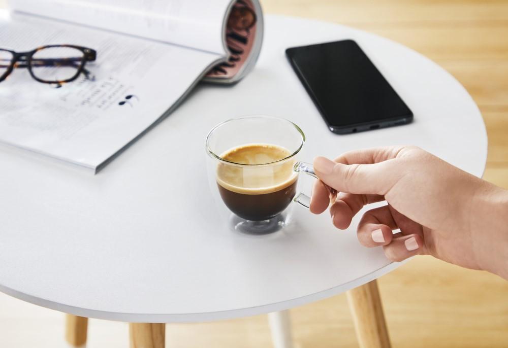 ceasca de cafea pe masa