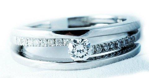 poza inel de logodna cu diamante