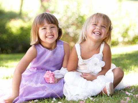 Fetite zambind pe iarba