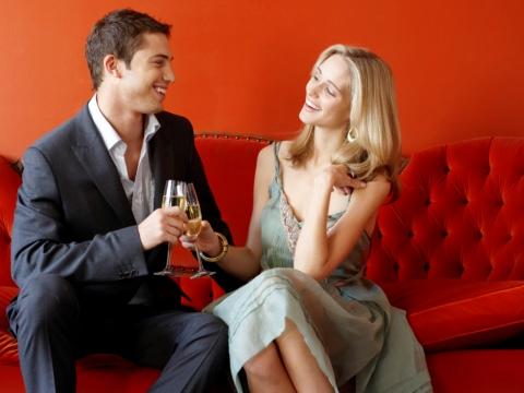 Cuplu pe canapea flirtand