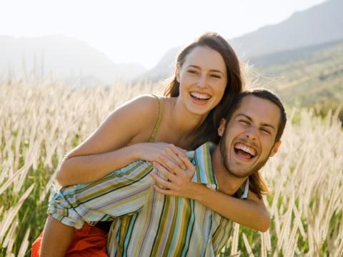 Cuplu vesel pe camp