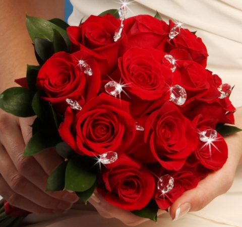 Buchet de mireasa din trandafiri rosii si cristale