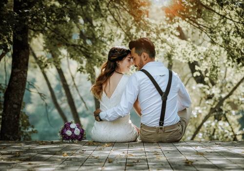 cuplu care se imbratiseaza in natura